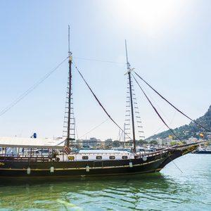 60516487-estartit-españa-24-de-junio-2016-velero-atracado-en-el-puerto-deportivo-en-estartit-situado-en-la-co